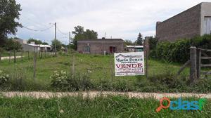 Venta de lote de 400 m2, calle 8 y 75. $ 300000.