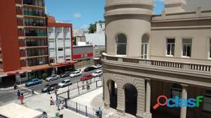 Ambiente amplio a la calle con balcón saliente. Reciclado.