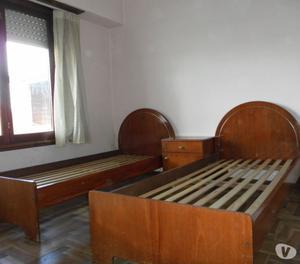 Juego de dormitorio - 2 camas y mesita de luz