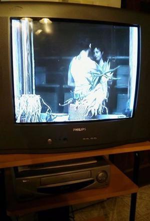 TV VIDEOCASSETERA Y MESITA