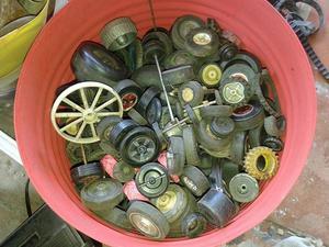 Varias gomas autos de juguete viejos distintos tipos goma