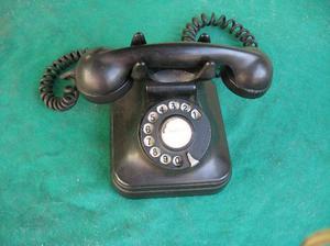 antiguo teléfono con su ficha original