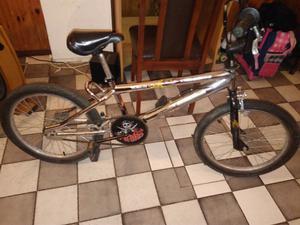Bici bmx, marca rodas, color gris plateado, poco uso.