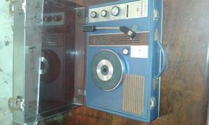 Toca disco y radio antiguo.