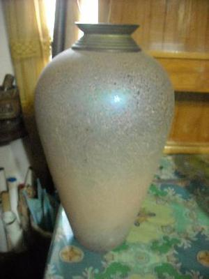 jarrón de vidrio y bronce