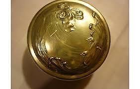 caja art-nouveau de metal plateado sellada anezin