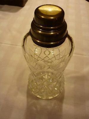 coktelera botellón de cristal tallado con boca y tapa de