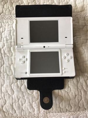 Consola Nintendo DS blanca con varios juegos