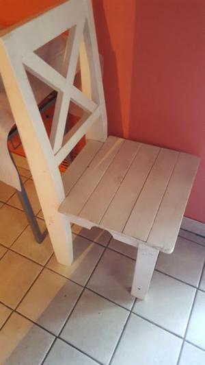 silla de madera reforzada blanca