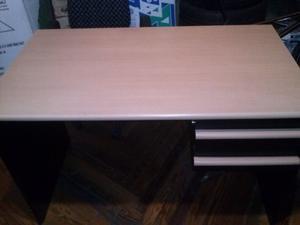 escritorio de melanina de aya con dos cajones en muy buen