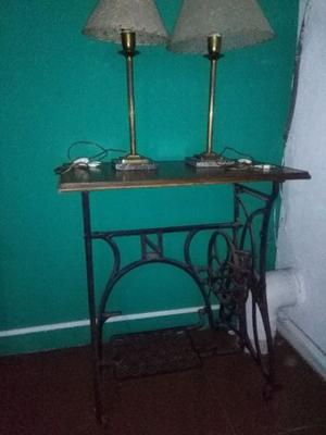 Mesa de arrime con pie de máquina de coser