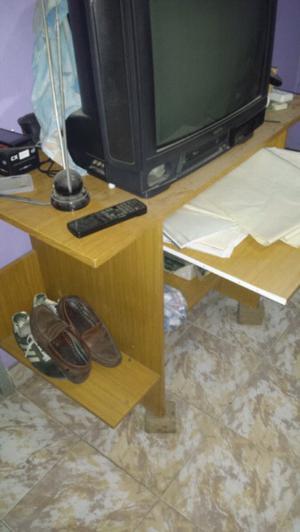 Mesa computacion,tv 21' y mesita con estantes y rueditas