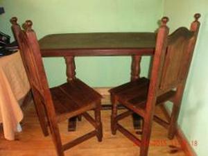 Mesa y 2 sillas de algarrobo impecables