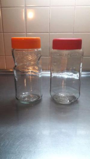 Frascos de vidrio con tapa.
