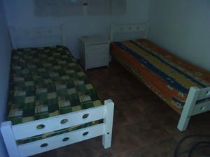 urgente vendo dos camas chicas y mesa de luz