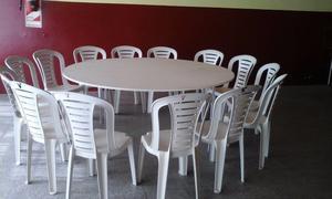 Juego de sillas y mesas con manteles