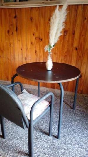 Vdo mesita matera redonda patas de caño, usada buena Tel.