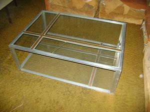 Mesa ratona aluminio con vidrio y bronce impecable.