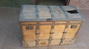 Baul antiguo de madera y chapa antiguedad
