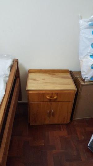 2 camas 1 plaza y una mesa de luz