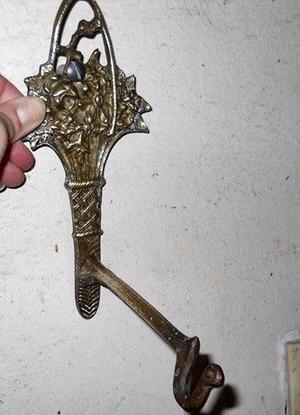 Antigua Percha Portamaceta De Bronce Labrado