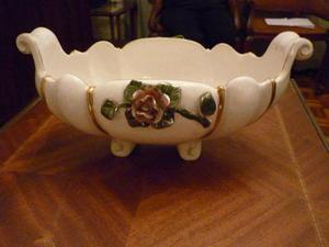 centro de mesa blanco antiguo con detalles de rosas y