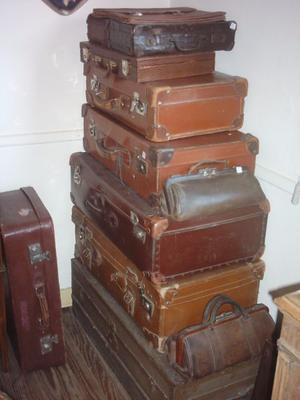 Antiguas valijas, baúles y maletines para decoración