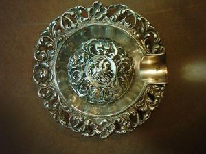 antiguo cenicero de plata cincelada con la imagen de san