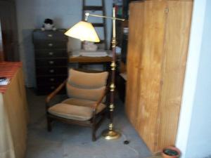 sillón con lámpara