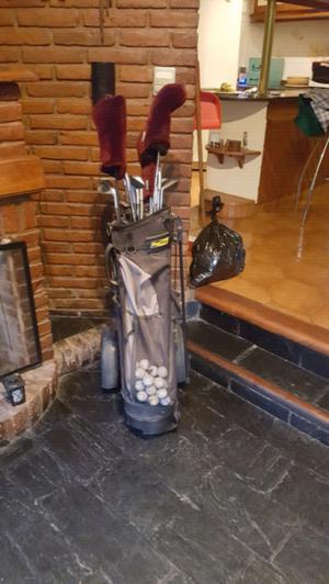 Carro de golf, set de palos y una caja de 15 pelotas sin