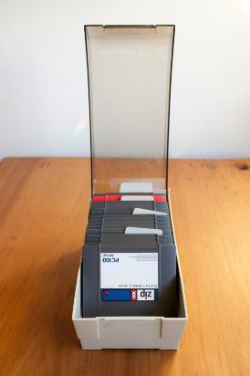 caja porta zip de escritorio con separadores y tapa
