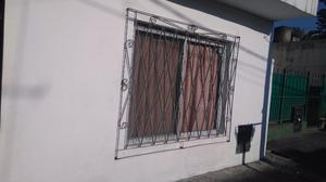 Ventana de aluminio con reja y mosquitero