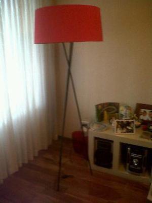 lámpara de pie minimalista trípode de hierro dos luces con