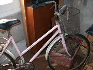 bicicleta - perchero - tabla de planchar - estante de madera