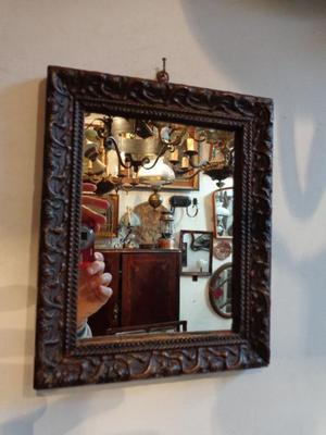 Pequeño espejo de marco antiguo. Antigua Saudade