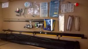 Cañas de pescar completas (2) y accesorios.