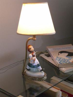 Lámpara velador europea antigua en porcelana y bronce