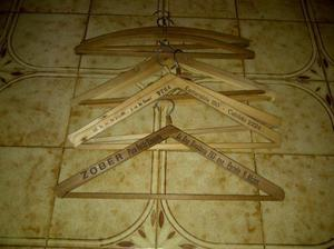 antiguas perchas de madera