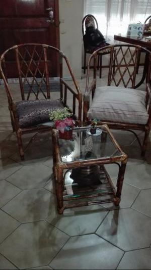 mesa ratona de mimbre con vidrio y dos sillones de mimbre