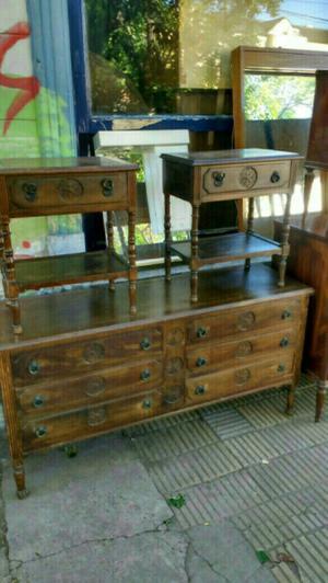 Antigua cómoda y mesas de luz estilo colonial