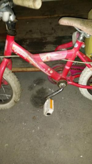 Vendo urgente bicicleta R 12 de barbie con rueditas