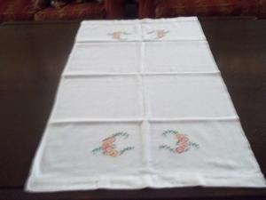 Centro de mesa de tela con bordado