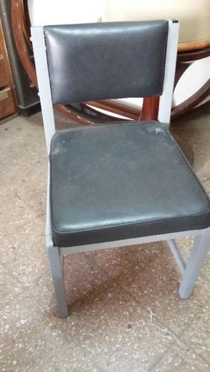 Silla de madera con asiento en cuero