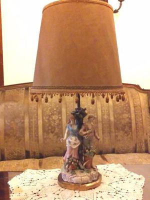 Lámpara de mesa con figuras de porcelana