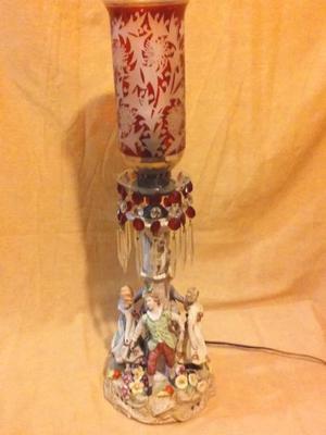 Lámpara de porcelana con figuras de porcelana