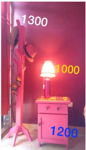Perchero, lampara y mesa de luz