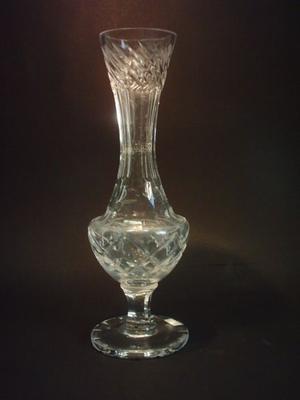 Antiguo Florero de Cristal Checoslovaco Tallado y Facetado