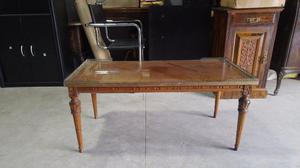 Mesa ratona antigua de madera con vidrio y borde de bronce