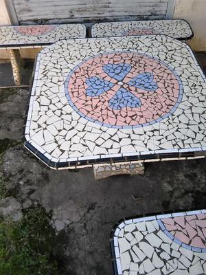Vendo Juego de mesa y 4 bancos de jardin azulejos con