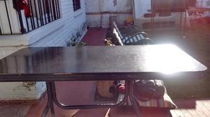 Líquido mesa negra con 4 sillas como nuevas